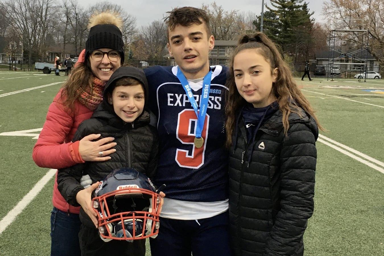 Sylvie Dostie en compagnie de ses trois enfants