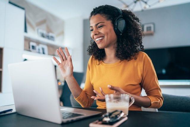 photo d'une fille a son ordinateur en video conférence