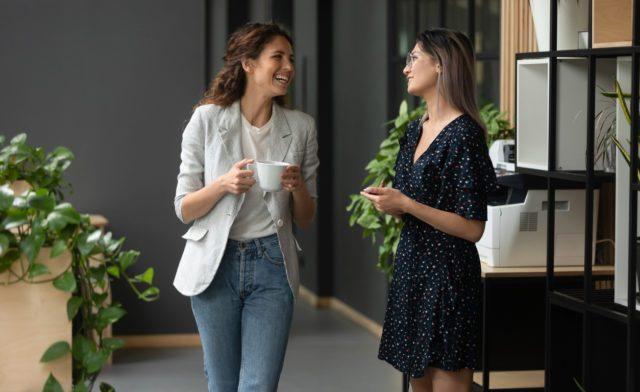 Deux femmes souriant au bureau